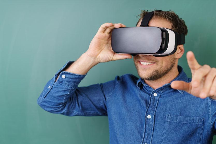 ein Mann mit einer Datenbrille ist fasziniert vom Gesehenen